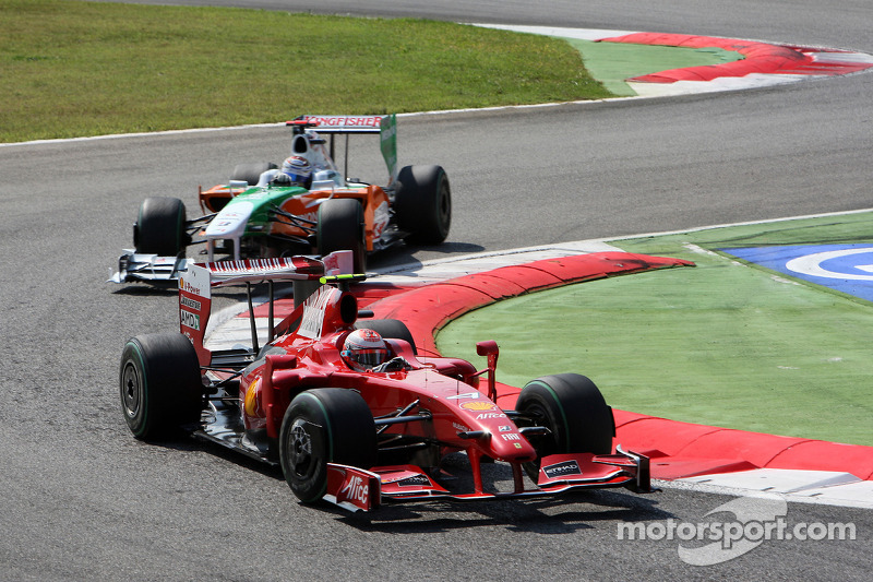 Кими Райкконен, Scuderia Ferrari, и Адриан Сутиль, Force India F1 Team