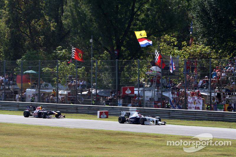 Robert Kubica, BMW Sauber F1 Team leads Sebastian Vettel, Red Bull Racing