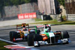 Vitantonio Liuzzi, Force India F1 Team and Fernando Alonso, Renault F1 Team