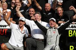 Celebra el ganador de la carrera Rubens Barrichello, Brawn GP, Jenson Button, BrawnGP, Ross Brawn, GP Brawn, director del equipo y los miembros del equipo BrawnGP