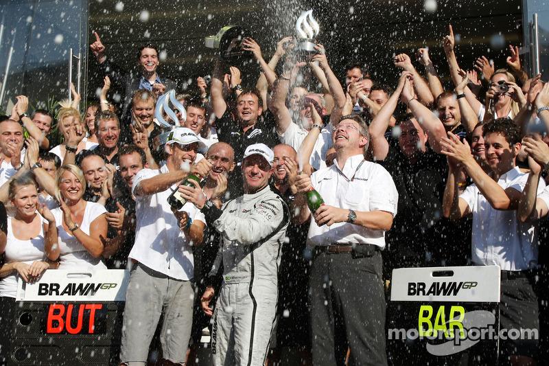 Yarış galibi Rubens Barrichello, Brawn GP, kutlama yapıyor ve Jenson Button, BrawnGP, Ross Brawn, Br