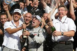 Yarış galibi Rubens Barrichello, Brawn GP, kutlama yapıyor ve Jenson Button, BrawnGP, Ross Brawn, Br