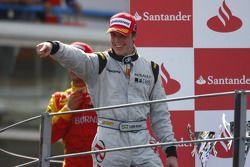 Luiz Razia fête sa victoire sur le podium