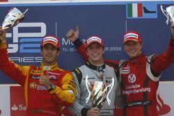 Luiz Razia fête sa victoire sur le podium avec Lucas Di Grassi et Nico Hulkenberg
