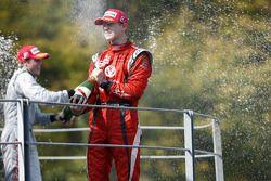 Nico Hulkenberg sur le podium après avoir remporté le titre