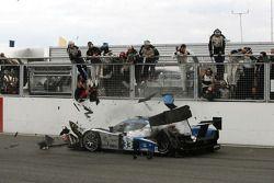 #33 Speedy Racing Team Sebah Lola B08/80 Coupé - Judd: Jonny Kane, Benjamin Leuenberger, Xavier Pompidou crashes on the last lap