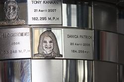 Collection Honda : Danica Patrick sur le trophée des vainqueurs
