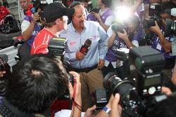 Le poleman, Scott Dixon, Chip Ganassi Racing donne des interviews