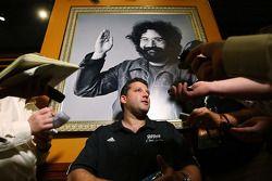 Tony Stewart répond aux questions sous une photo de Jerry Garcia, au Hard Rock Cafe