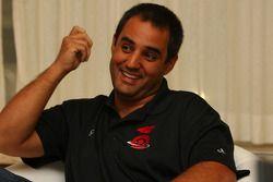 Juan Pablo Montoya parle lors d'une conférence de presse