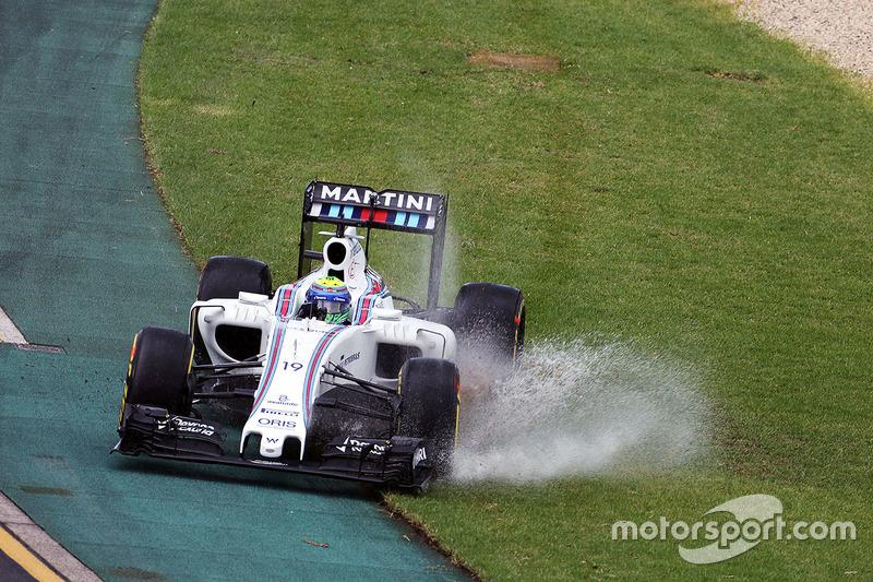 Com os carros na pista, Felipe Massa faz um pequeno passeio na grama molhada de Melbourne