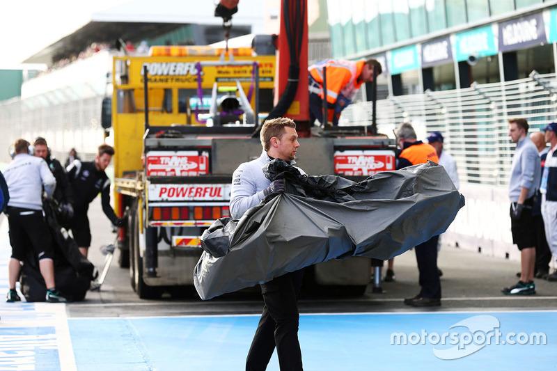 Mecânico da Mercedes leva uma parte do carro de Nico Rosberg para os boxes