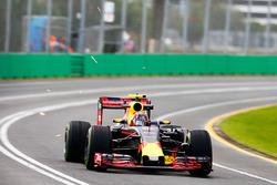 Daniil Kvyat, Red Bull Racing RB12 envoie des étincelles