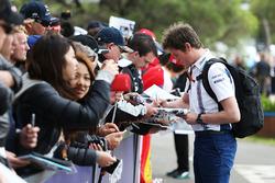 Rob Smedley, Williams, Leiter Autoperformance, schreibt Autogramme für die Fans