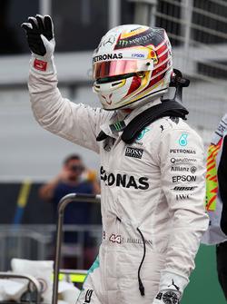 Polesitter Lewis Hamilton, Mercedes AMG F1 Team, viert feest in parc ferme