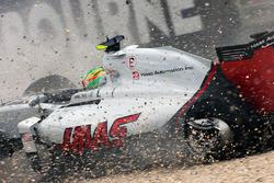 Esteban Gutierrez, Haas F1 Team VF-16, va fuori pista dopo il contatto con Alonso