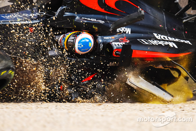 1. Fuerte accidente de Fernando Alonso, McLaren MP4-31