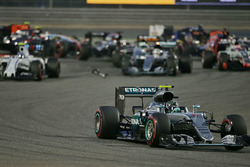 Start action: Nico Rosberg, Mercedes AMG F1 Team W07 leads