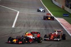 Daniil Kvyat, Red Bull Racing RB12 und Kimi Räikkönen, Ferrari SF16-H