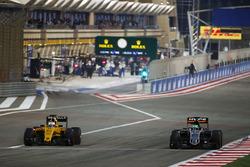 Kevin Magnussen, Renault Sport F1 Team RS16 en Nico Hulkenberg, Sahara Force India F1 VJM09