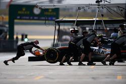 Sergio Perez, Sahara Force India F1 VJM09 en los pits