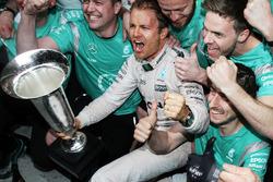 Il vincitore Nico Rosberg, Mercedes AMG F1 Team festeggia con il team