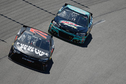 Martin Truex Jr., Furniture Row Racing Toyota, und Chase Elliott, Hendrick Motorsports Chevrolet