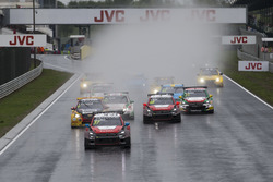 Старт гонки: Хосе Марія Лопес, Citroën World Touring Car Team, Citroën C-Elysée WTCC leads