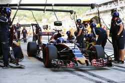 Max Verstappen, Scuderia Toro Rosso STR11 practices a pit stop