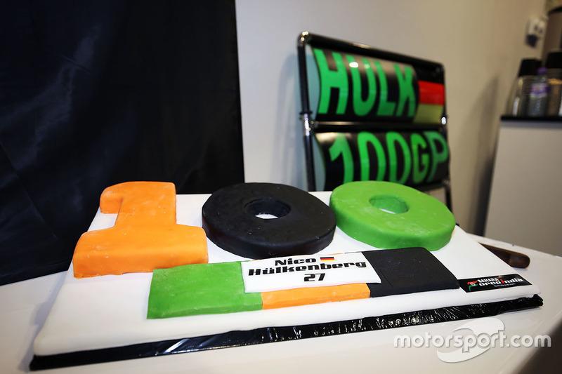 Sahara Force India F1 Team celebran 100 Grandes Premio con un pastel para Nico Hulkenberg, Sahara Force India F1