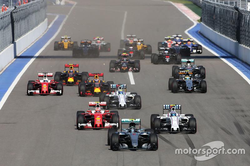 Nico Rosberg, Mercedes AMG F1 Team W07, lidera pelotão na largada