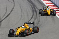 Kevin Magnussen, Renault Sport F1 Team RS16 davanti al compagno di squadra Jolyon Palmer, Renault Sport F1 Team RS16