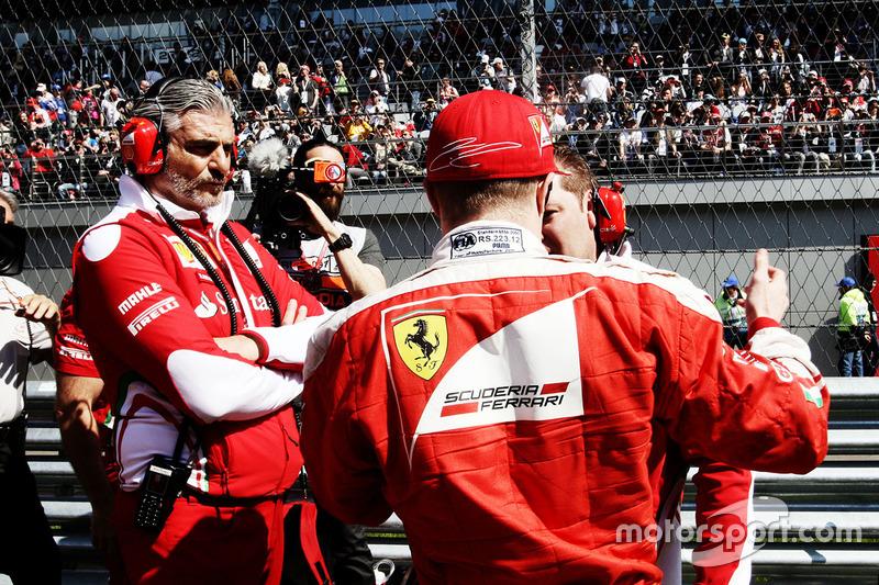 Maurizio Arrivabene, director del equipo Ferrari con Kimi Raikkonen, Ferrari y Dave Greenwood, Ingeniero de carrera de Ferrari en la parrilla
