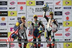 Podium SuperSports 600cc: pemenang Tomoyoshi Koyama, posisi kedua Zaqhwan Zaidi, peringkat ketiga Yuki Takahashi