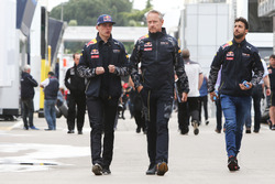 Max Verstappen, Red Bull Racing met Jonathan Wheatley, Red Bull Racing Team Manager en Daniel Ricciardo, Red Bull Racing