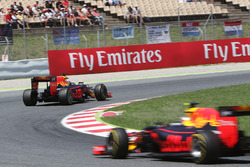 Daniel Ricciardo, Red Bull Racing RB12 voor ploegmaat Max Verstappen, Red Bull Racing RB12