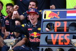Первое место - Макс Ферстаппен, Red Bull Racing празднует с командой