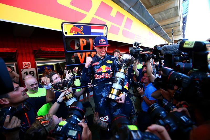 Max Verstappen, Red Bull Racing festeggia con il team