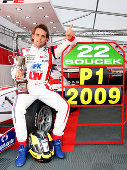 Andy Soucek avec le trophée de champion F2