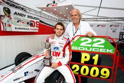 Andy Soucek avec son père Dieter et le trophée de champion F2