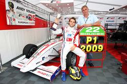 Andy Soucek avec son ingénieur Andy Miller et le trophée de champion F2