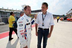 Andy Priaulx, BMW Team UK, BMW 320si talks with Marcus Schurig