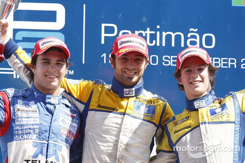Luca Filippi fête sa victoire sur le podium avec Sergio Perez et Javier Villa