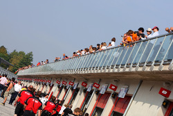 Des fans au dessus de la pitlane