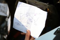 Jens Hoing avec un plan du circuit