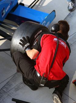 Les mécaniciens avec des pneus