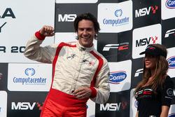 Le troisième Milos Pavlovic fête son podium