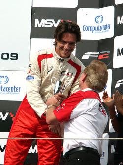 Milos Pavlovic fête son podium avec Jonathan Palmer