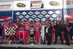 Victory lane: le vainqueur Mark Martin, Hendrick Motorsports Chevrolet fête sa victoire avec son équipe