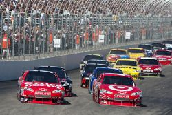 Start: Juan Pablo Montoya, Earnhardt Ganassi Racing Chevrolet and Tony Stewart, Stewart-Haas Racing Chevrolet lead the field